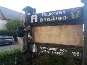 Erste Renovierungsarbeiten am Dorfeingangsschild 01 - Bild von Christoph Kircher (HVV)